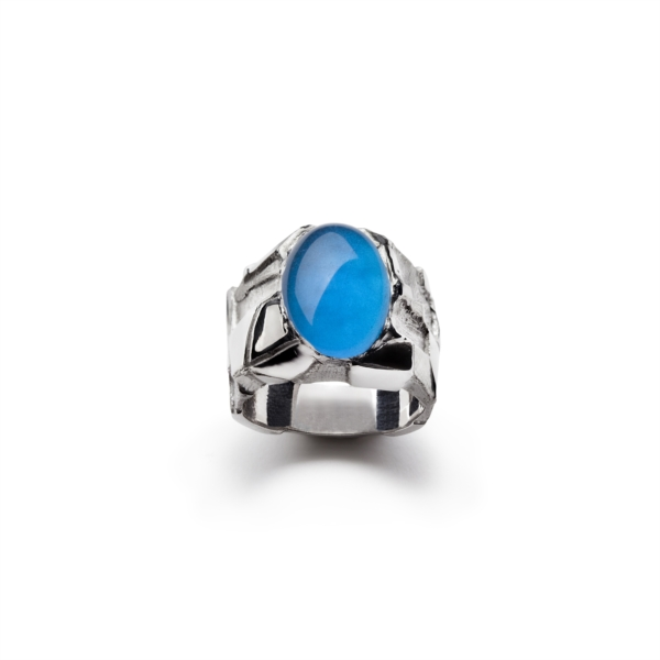 Ring with blue cabochon quartz
