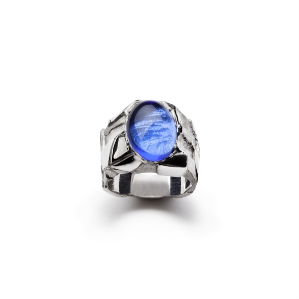 Ring with blue-purple cabochon quartz